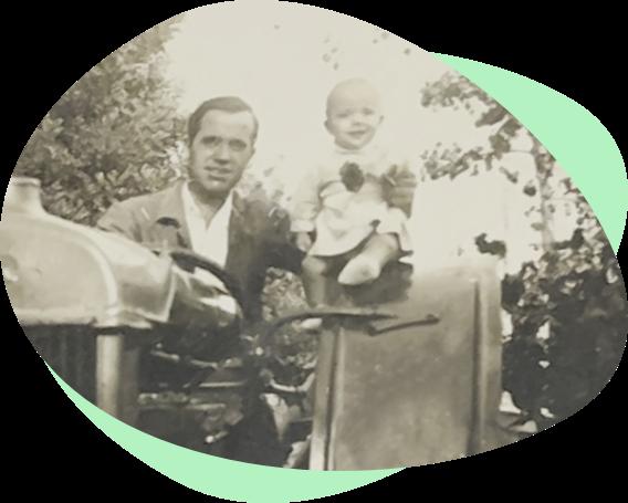 Foto antigua de padre y bebé en el campo
